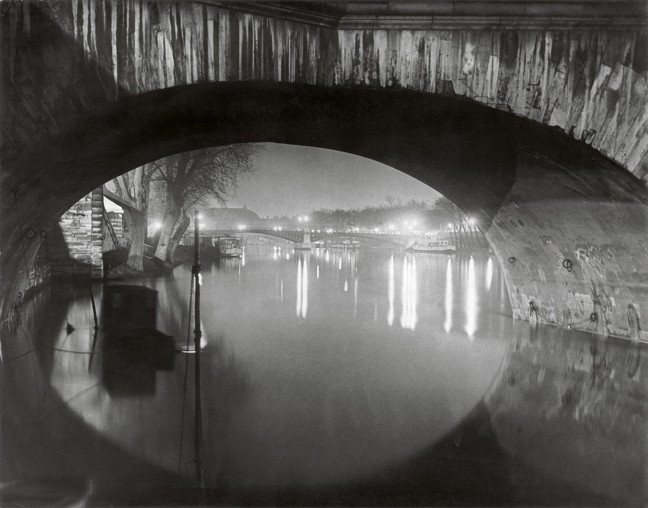 Вид через мост Руаяль на мост Сольферино, 1933. Фотограф Брассаи