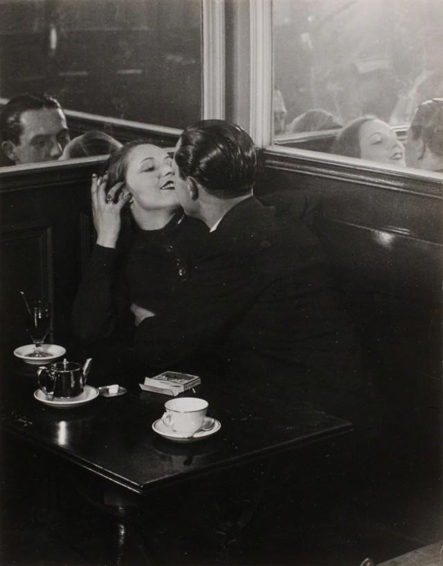 Пара влюблённых в маленьком кафе, Итальянский квартал, 1932. Фотограф Брассаи