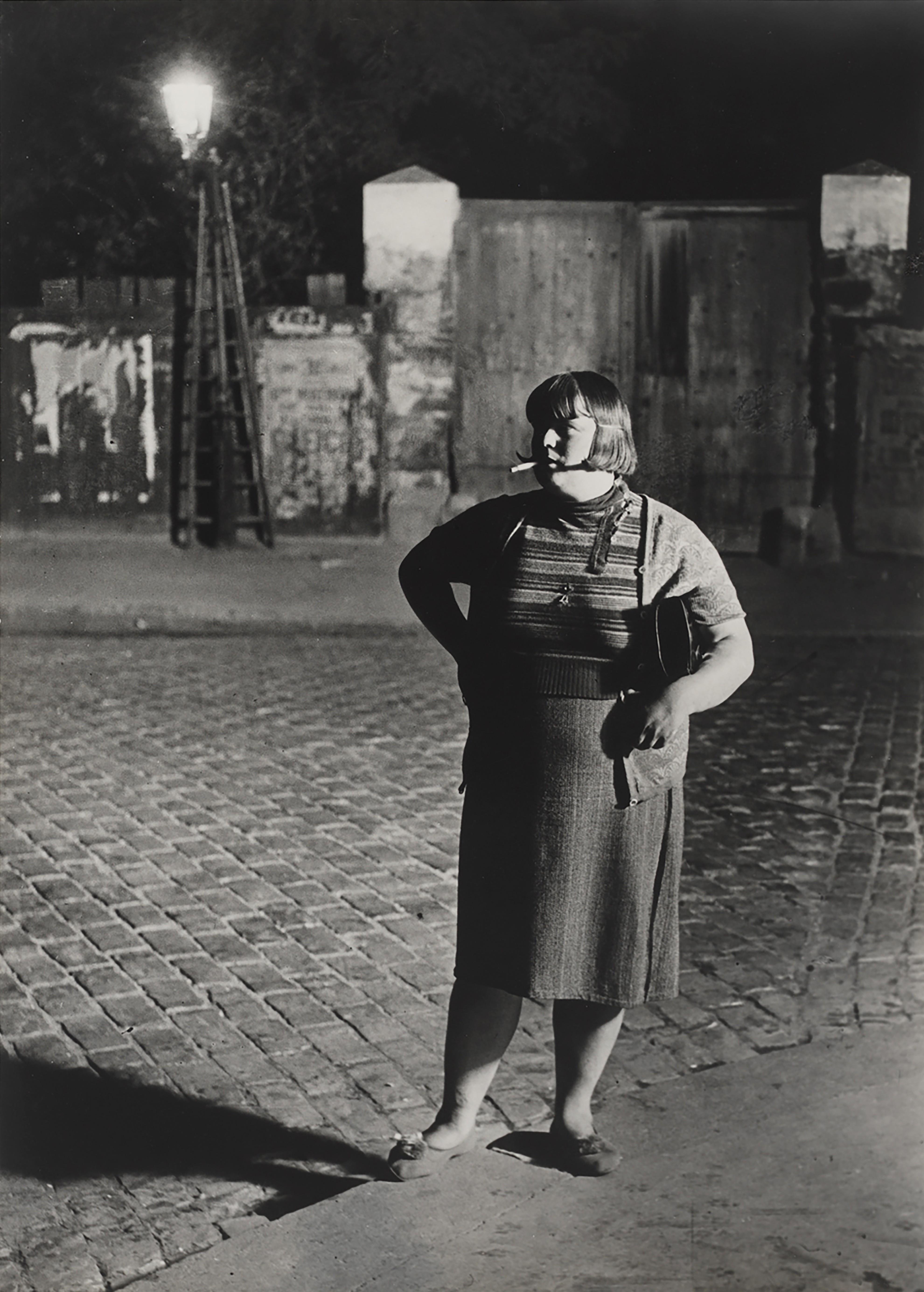 Прогуливающаяся, Итальянский квартал, 1932. Фотограф Брассаи