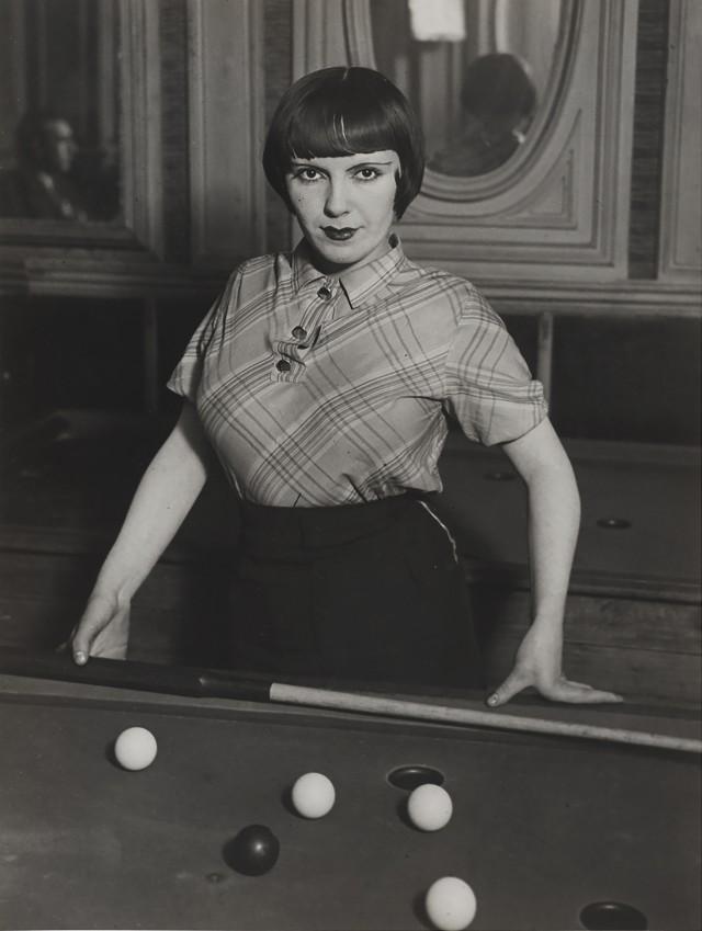 Проститутка, играющая в русский бильярд, бульвар Рошшуар, Монмартр, около 1932. Фотограф Брассаи