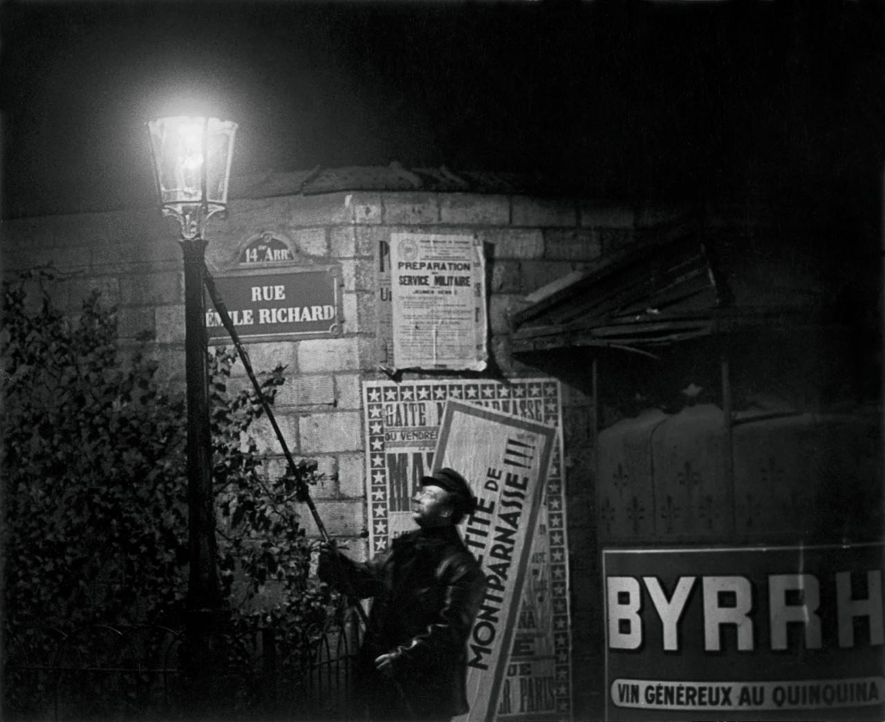 Тушение уличного фонаря на улице Эмиль Ришар, около 1932. Фотограф Брассаи