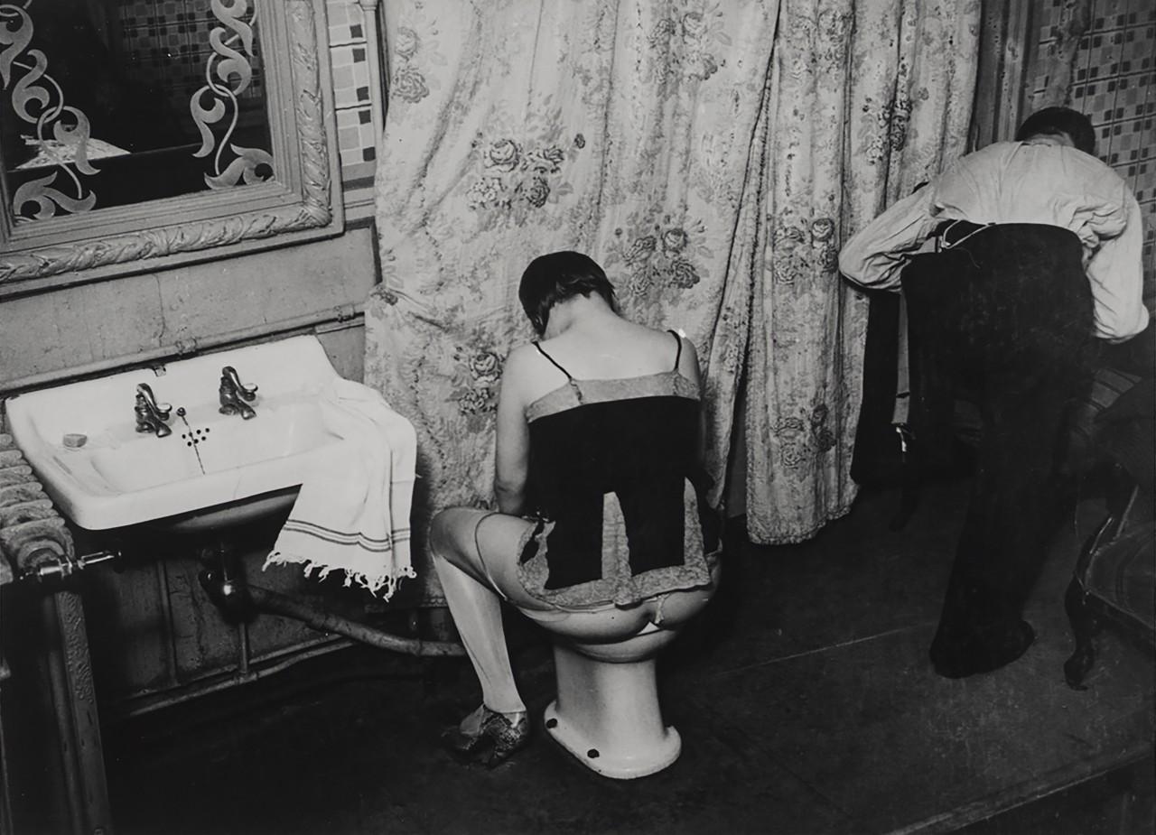 Мытье в борделе, около 1932. Фотограф Брассаи