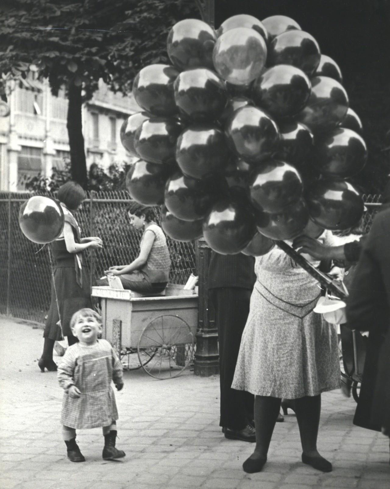 Первый шар, Париж, 1931-1932. Фотограф Брассаи