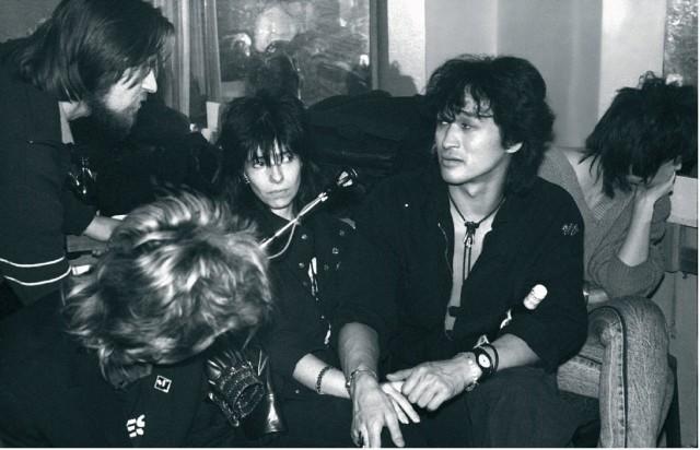 Цой на премьере фильма «Асса», гримёрка ДК МЭЛЗ, 1988. Фотограф Наташа Васильева-Халл