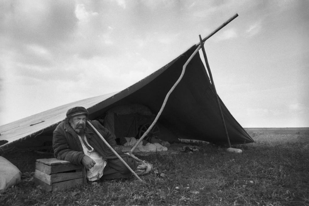 Из цикла «Цыгане», Уральск, 1979. Фотограф Ляля Кузнецова