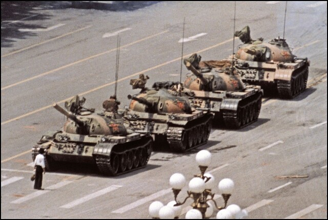 Неизвестный бунтарь, площадь Тяньаньмэнь, Пекин, 1989. Джефф Уайденер