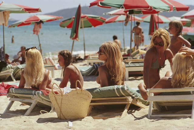Пляж в Сен-Тропе, Лазурный берег, Франция, 1971. Фотограф Слим Ааронс