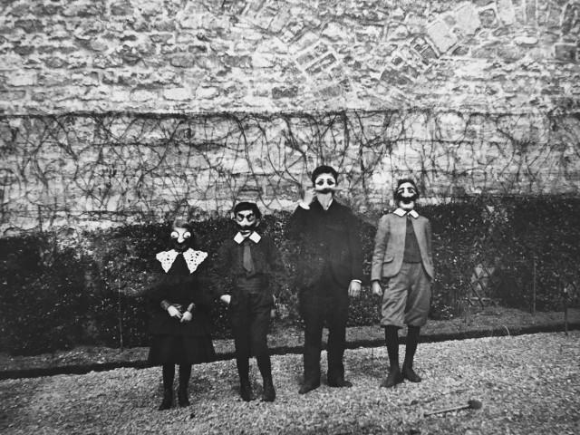 Марди Гра с Бубуттом, Луи, Робертом и Зиссу, Париж, 1903. Фотограф Жак Анри Лартиг