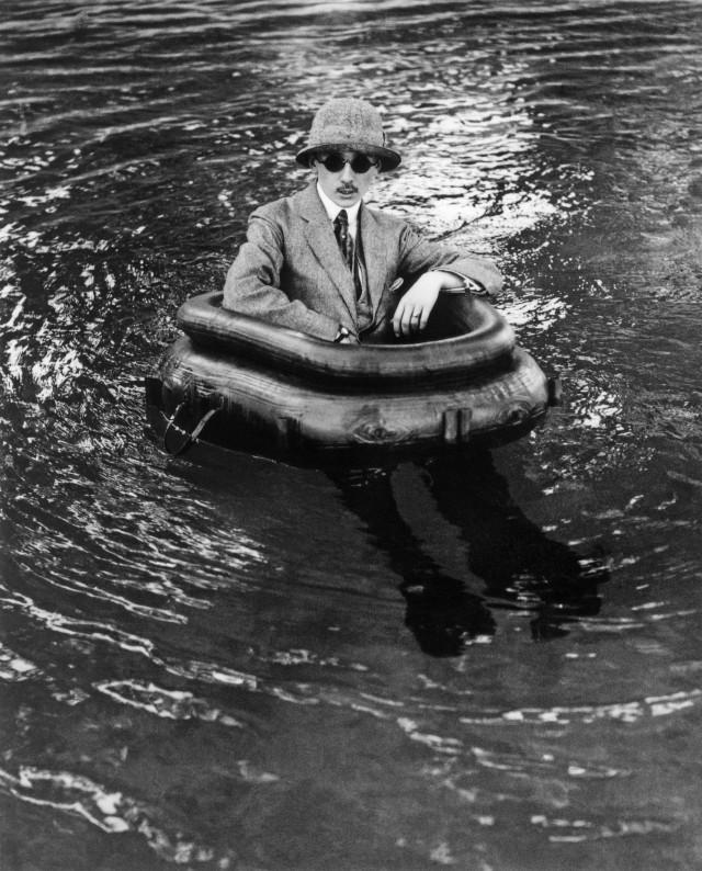 Зиссу в лодке, 1911. Фотограф Жак Анри Лартиг