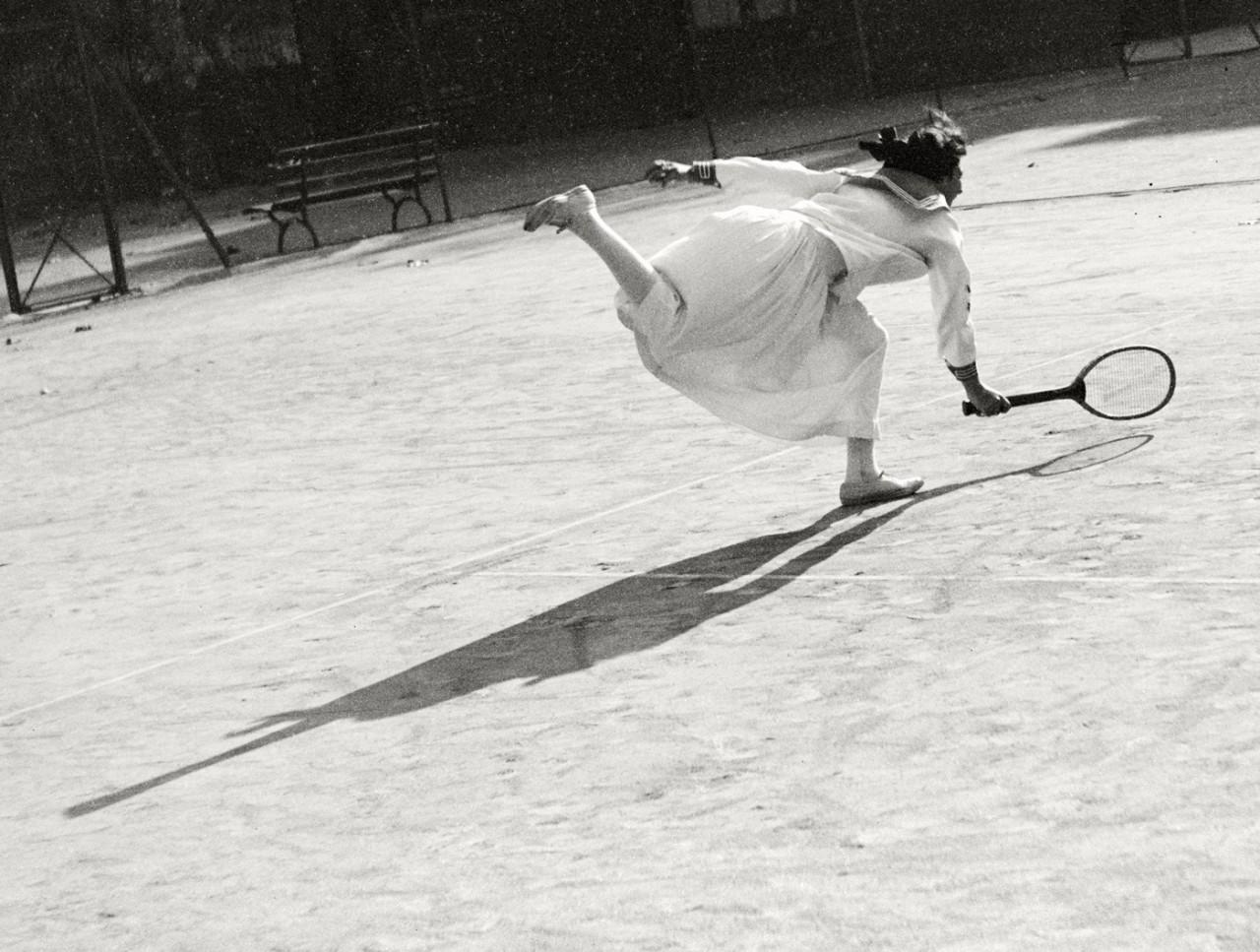 Тренировка Сюзанны Ленглен, Ницца, 1915. Фотограф Жак Анри Лартиг