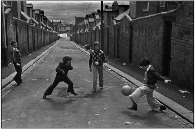 Дворовые игры, Ньюкасл-апон-Тайн, Великобритания, 1977. Фотограф Мартина Франк