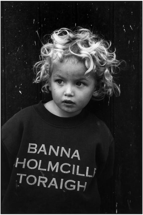 Маленькая дочка местного лавочника. Донегол, Ирландия, 1997. Фотограф Мартина Франк