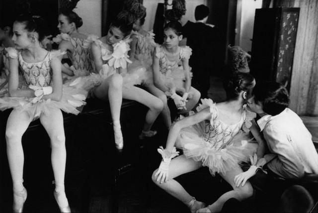Юные танцовщицы, Париж, 1979. Фотограф Мартина Франк