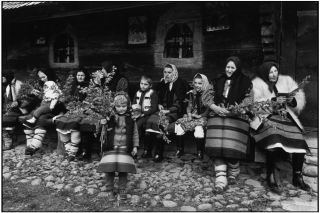 Вербное воскресенье. Прихожане возле деревянной церкви в Марамуреш, Румыния. Фотограф Мартина Франк