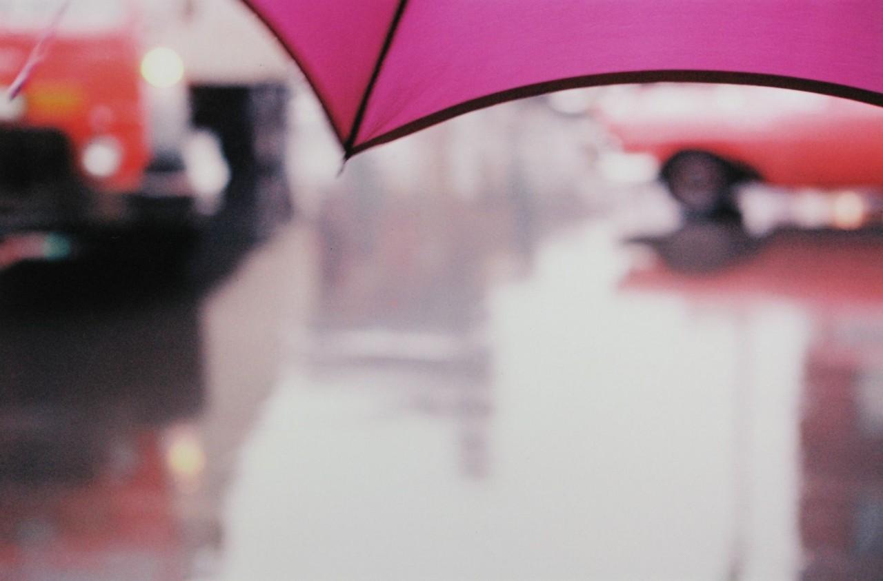 Фиолетовый зонт, 1950-е. Фотограф Сол Лейтер