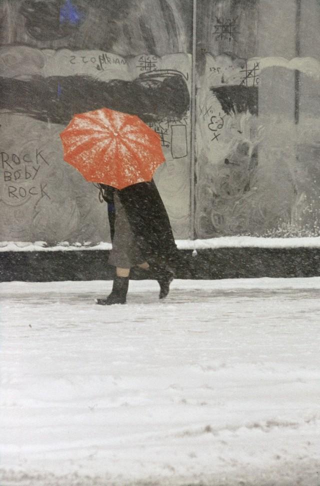 Оранжевый зонт, 1958. Фотограф Сол Лейтер