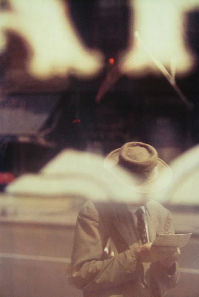 Человек читающий, 1957. Фотограф Сол Лейтер