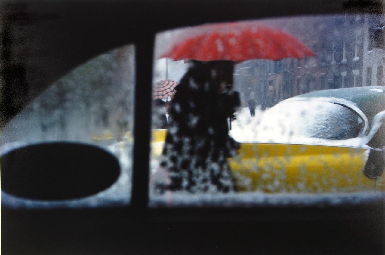 Красный зонтик, ок. 1955. Фотограф Сол Лейтер