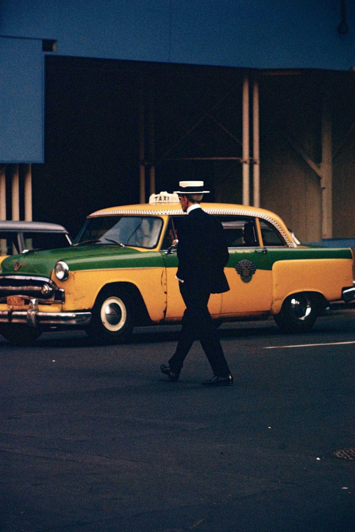 Прохожий в соломенной шляпе, 1955. Фотограф Сол Лейтер