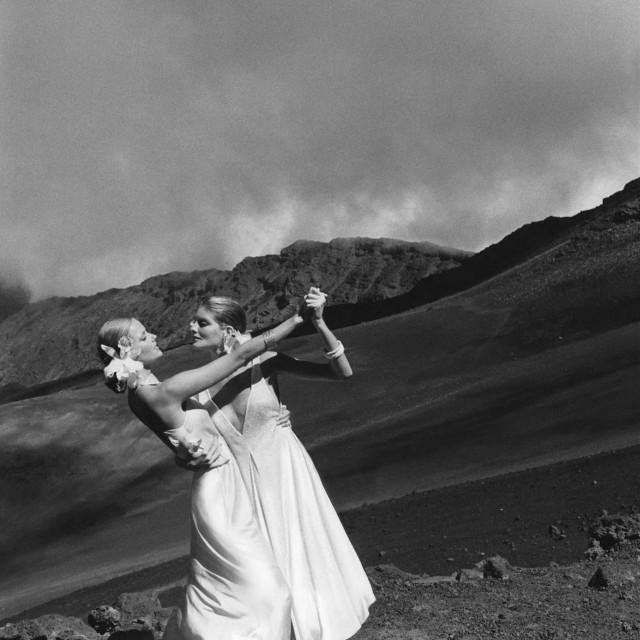 Шерил Тигс и Рене Руссо на Гавайях, 1974. Фотограф Хельмут Ньютон
