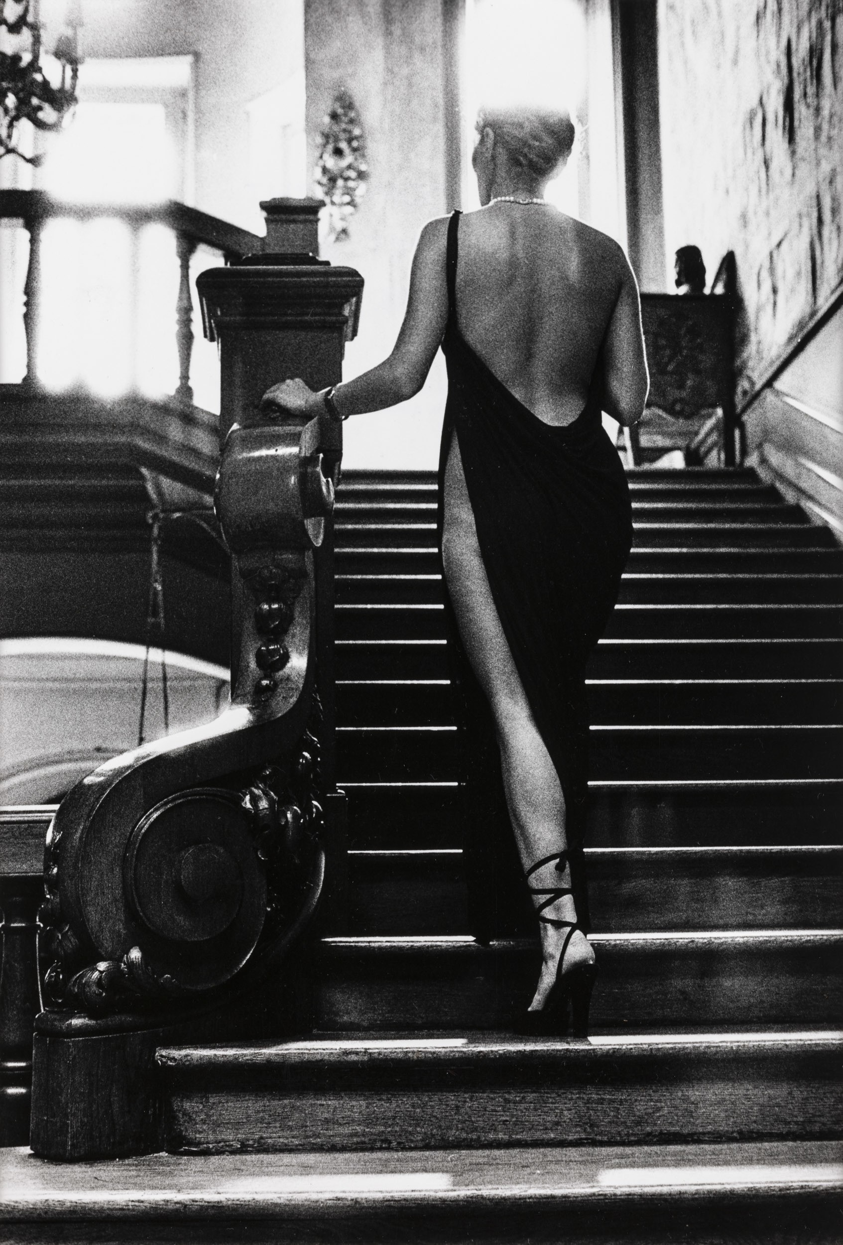 Розалин на лестнице, Арканг, 1975. Автор Хельмут Ньютон