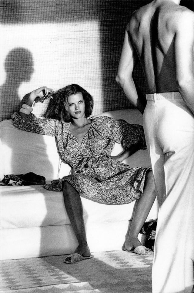 Женщина рассматривает мужчину, 1978 г. Фотограф Хельмут Ньютон