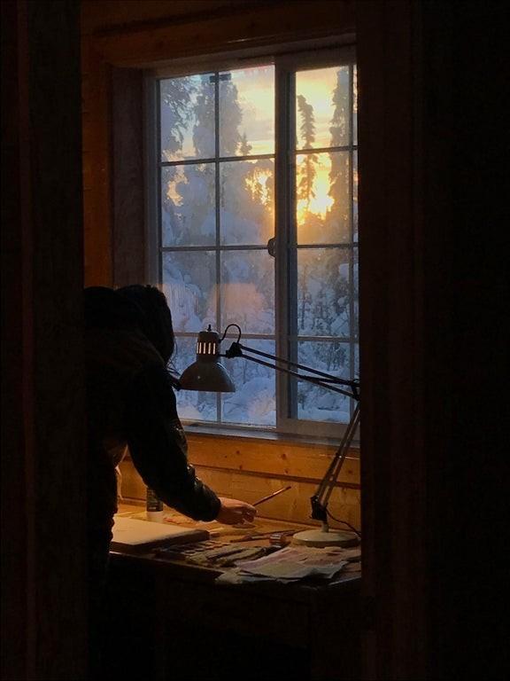 «Жена рисует у окна в полдень на Аляске». Автор doughnut_lord