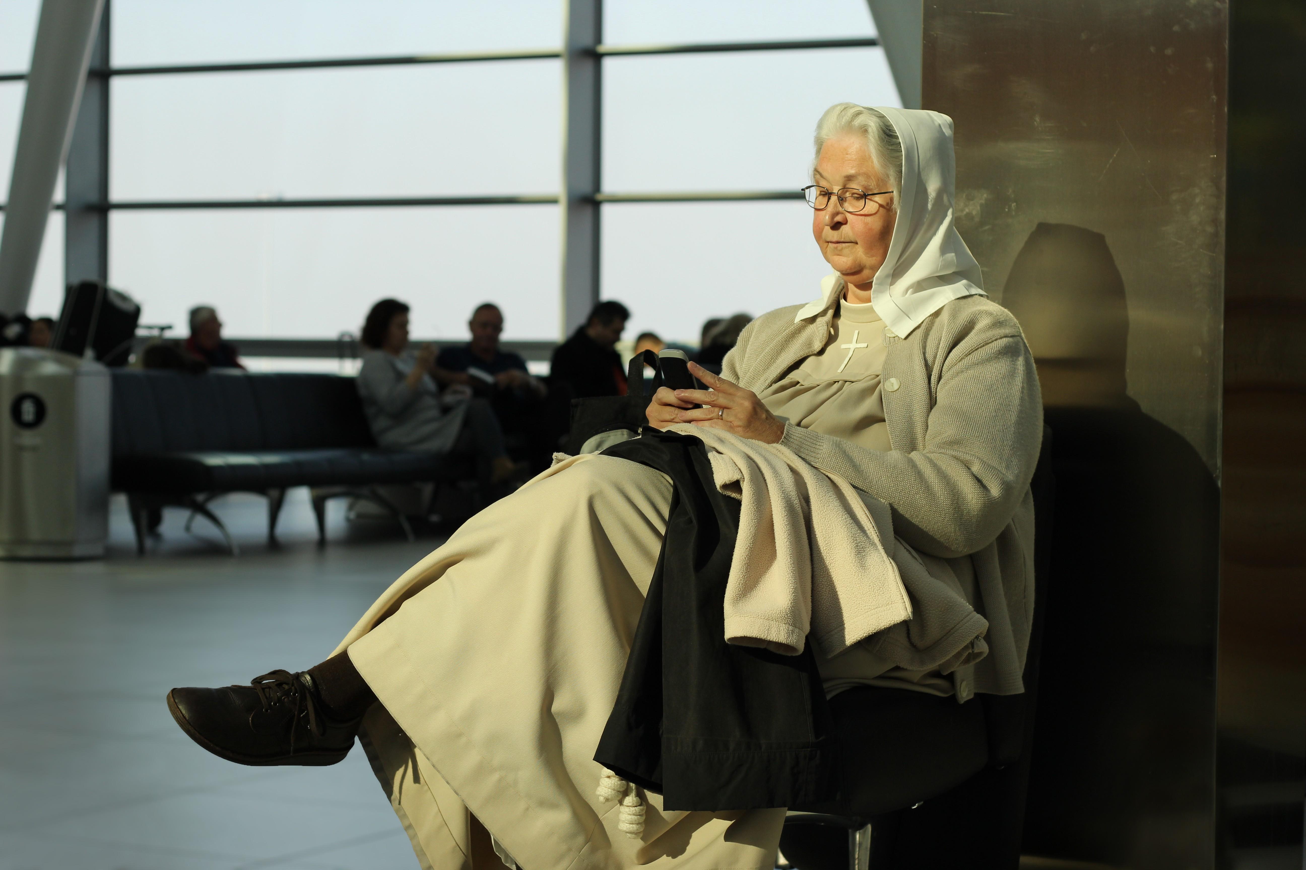 «Монахиня в аэропорту». Автор csababernath