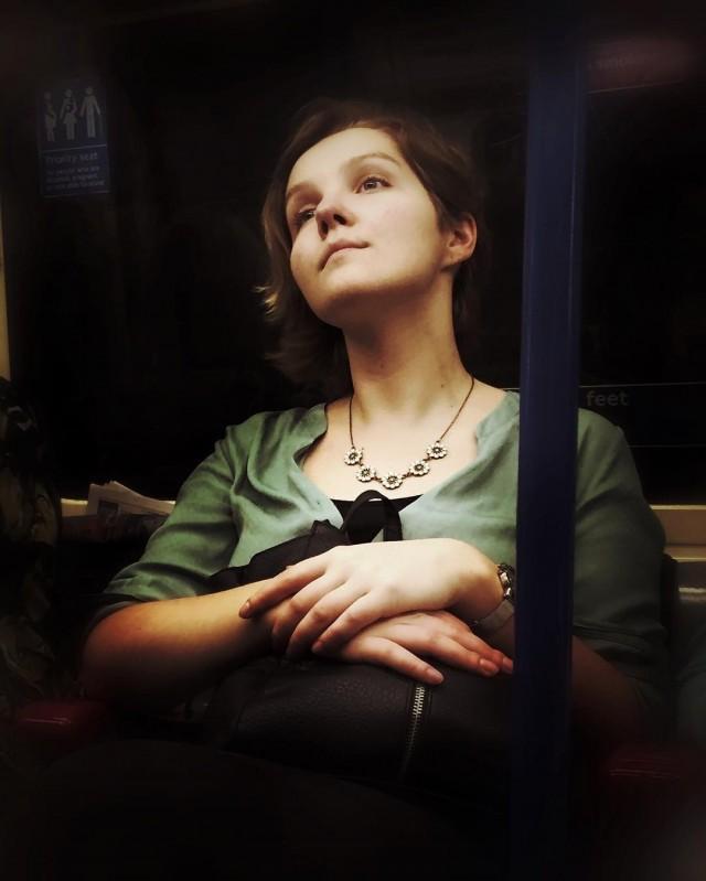 Девушка в лондонском метро. Автор Мэтт Крэбтри