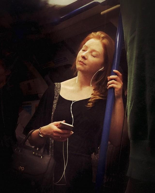 Девушка в метро Лондона. Автор Мэтт Крэбтри
