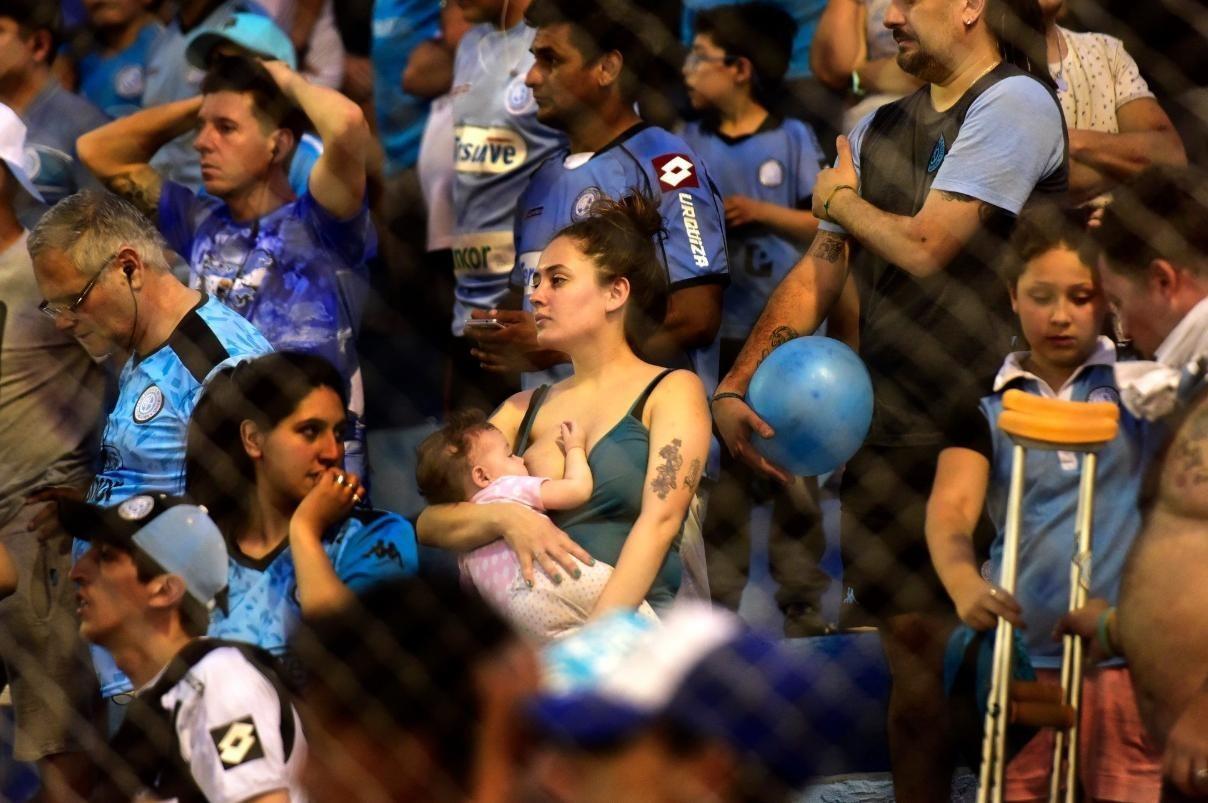 «Кормящая мать с младенцем на футбольном матче». Автор gustavsen