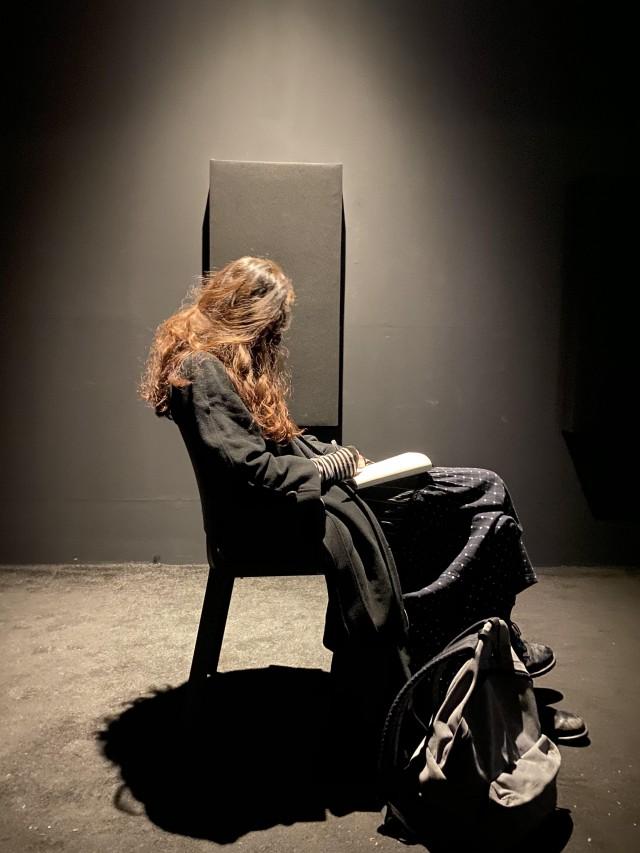 «Подруга сидит в художественной галерее». Автор daisyflg
