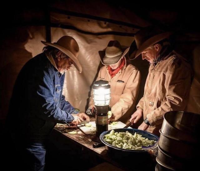 Ковбои готовят ужин. Автор Pan_Fried_Okra