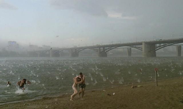 Люди спешат укрыться от града на пляже у реки Обь в Новосибирске, 2014. Автор Никита Дудник