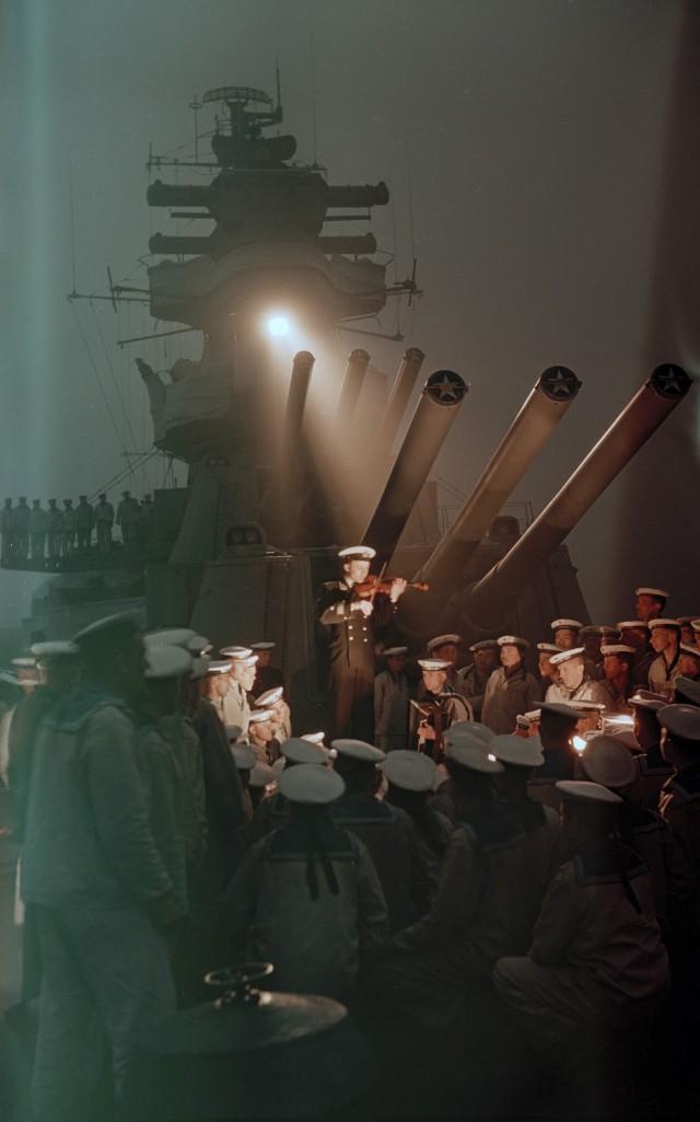 Скрипичный концерт на палубе советского крейсера «Калинин». Владивосток, 1955. Автор Семён Фридлянд