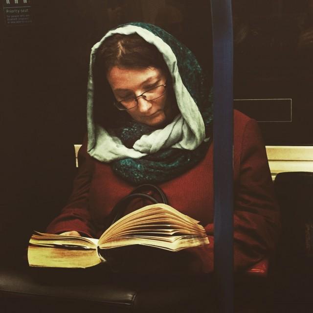 Женщина с книгой в метро. Автор Мэтт Крэбтри