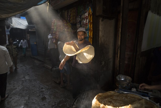 Ловкий шеф-повар на улице Мумбаи. Автор jesta_testa_plo