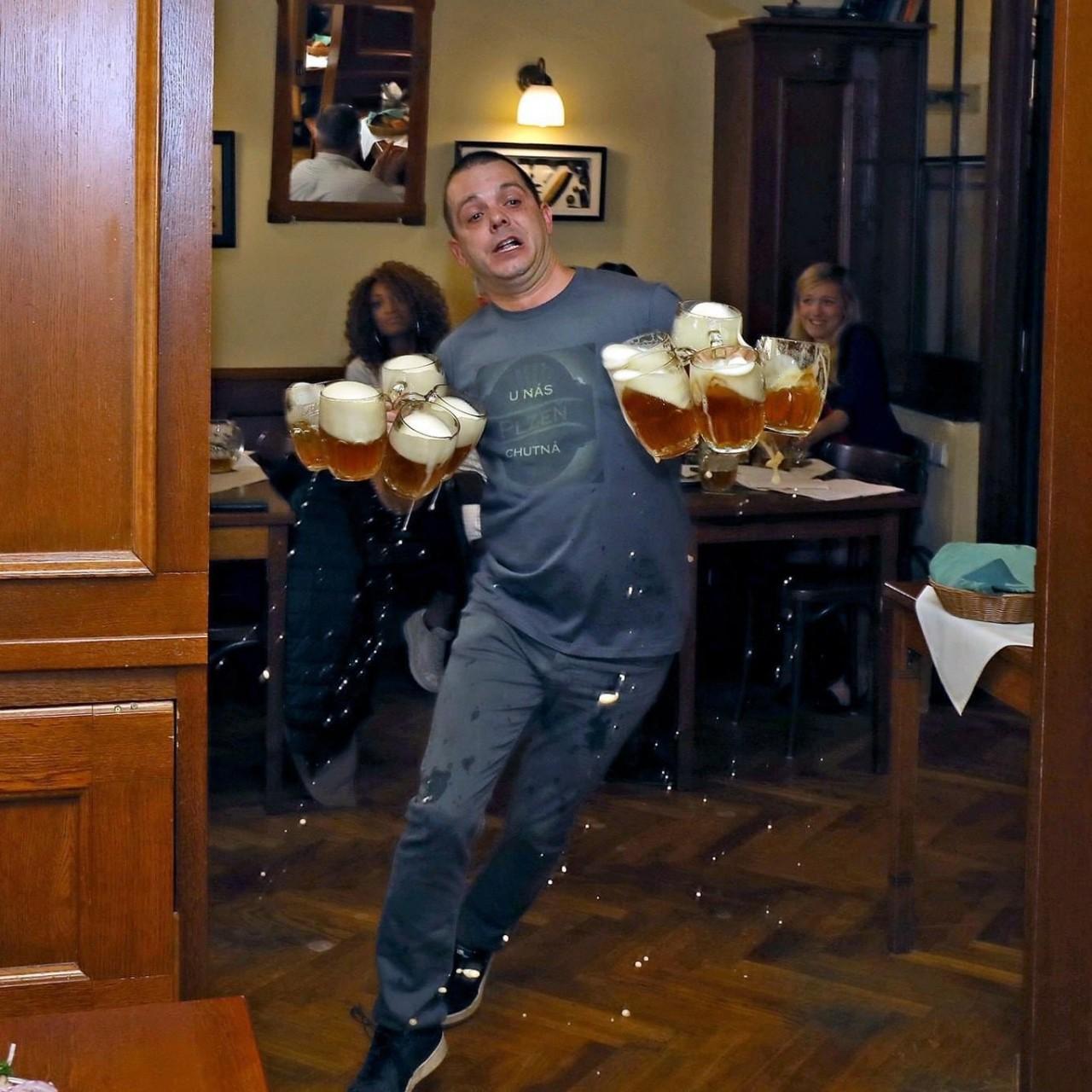 Традиционный забег официантов с пивом в пражском ресторане U Pinkasů. Фотограф Ричард Дворжак