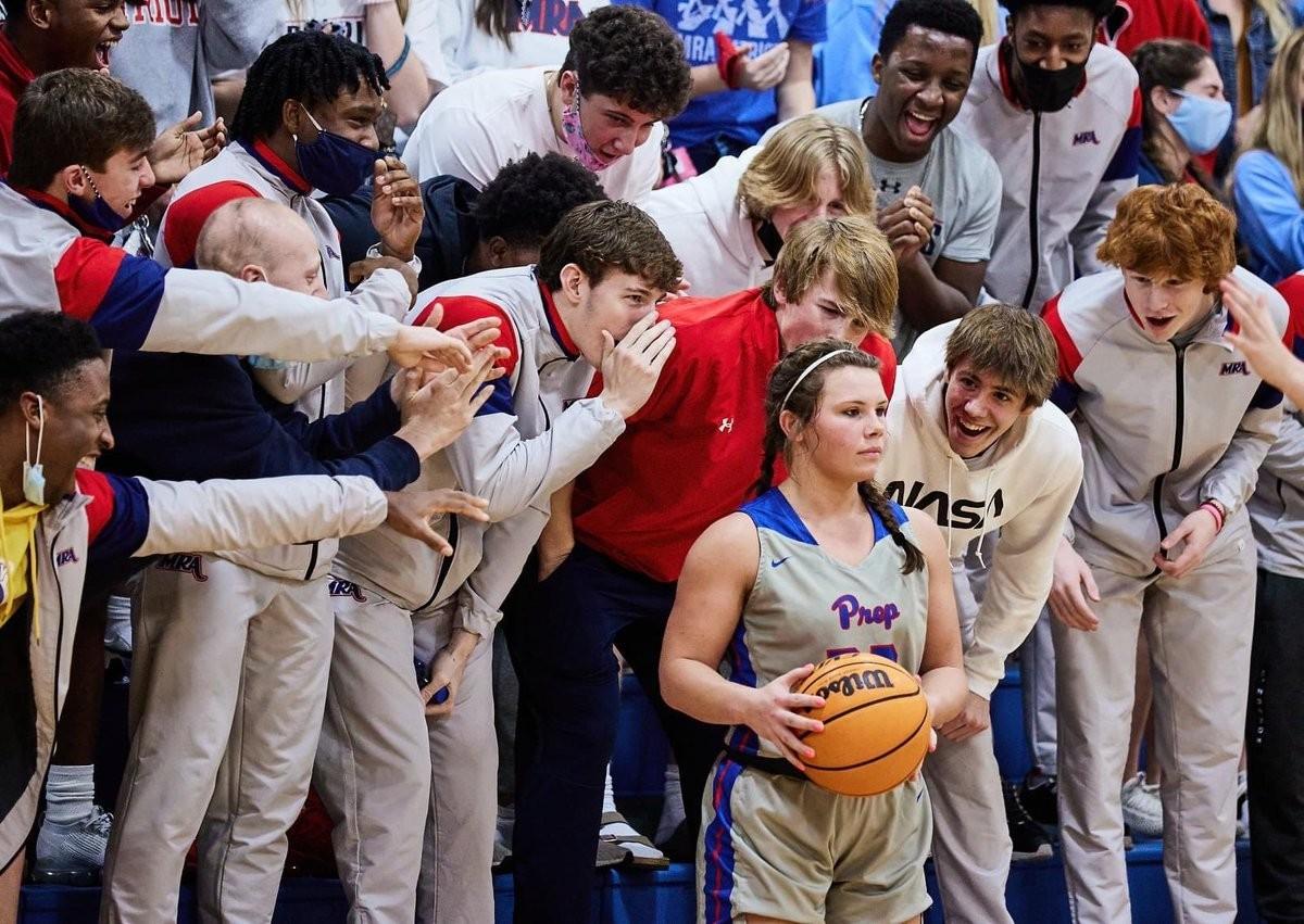 Болельщики соперников безуспешно пытались сбить настрой старшеклассницы Оливии Сассер перед финальными штрафными на последней минуте баскетбольного турнира. Фотограф Билли Уоткинс
