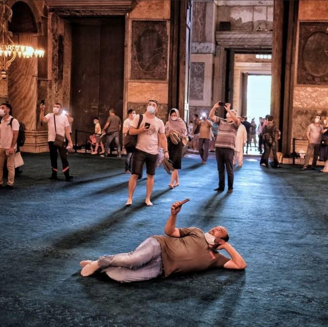 Любование интерьером в соборе Святой Софии, Стамбул