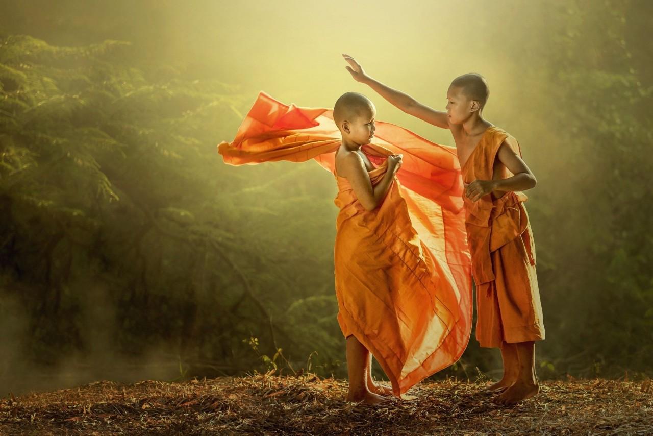 Одевание юных буддийских монахов в Таиланде. Фотограф Jakkree Thampitakkul