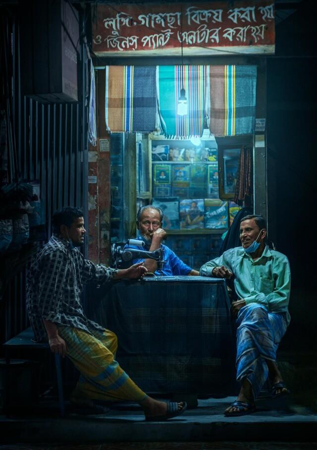 Три друга летним вечером, Бангладеш. Фотограф Ашрафул Арефин