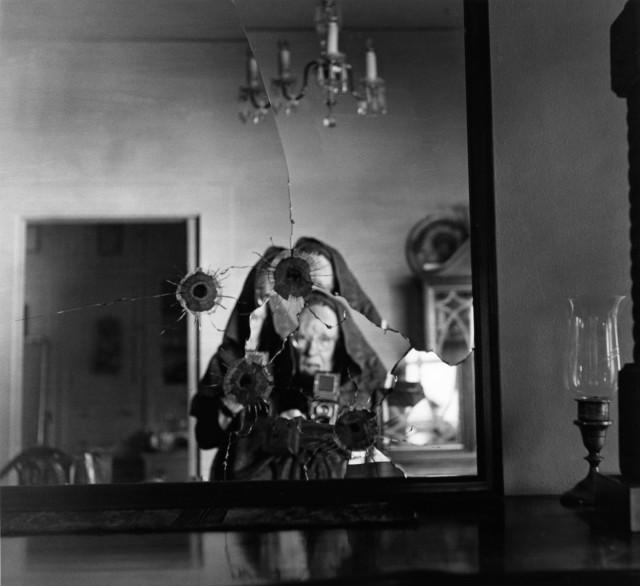 Автопортрет в разбитом зеркале, 1973. Фотограф Имоджен Каннингем