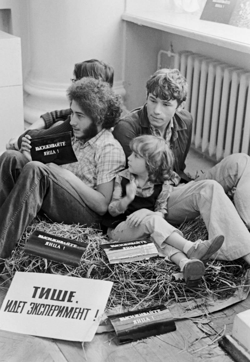 Акция «Высиживайте яйца» группы «Гнездо» (Геннадий Донской, Михаил Рошаль и Виктор Скерсис) на открытии выставки. Москва, 1975