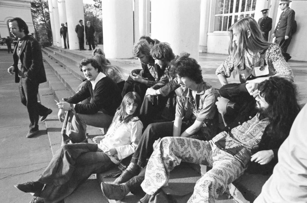 Хиппи из группы «Волосы» и Сергей Бордачёв на ступенях павильона «Дом культуры» ВДНХ, 1975