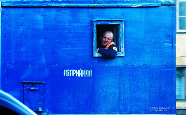 Emergency service rushes to the rescue, Chelyabinsk. Photographer Sergey Kolyaskin