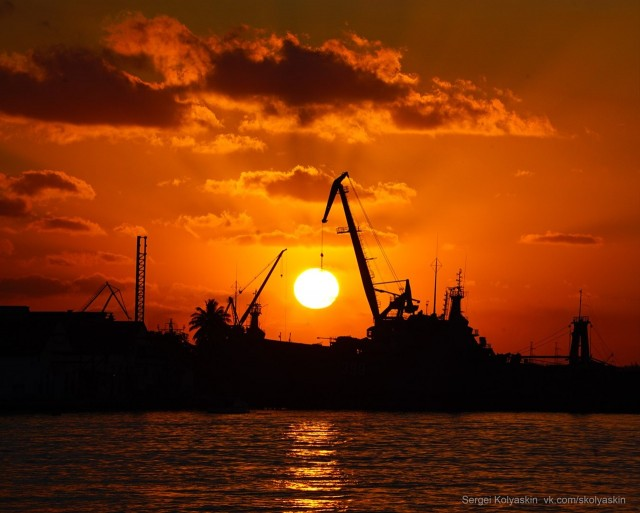 Unloading at the port, Cuba. Photographer Sergey Kolyaskin