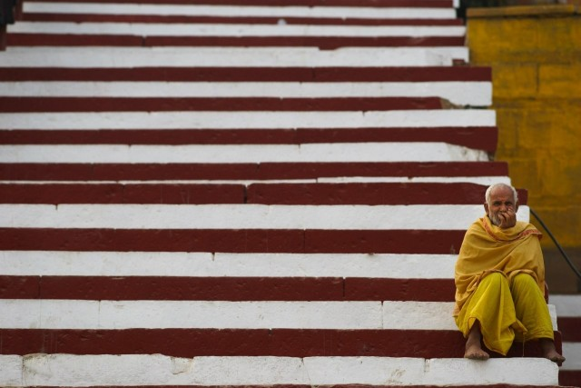 Старик на ступеньках, Индия. Фотограф Сергей Коляскин