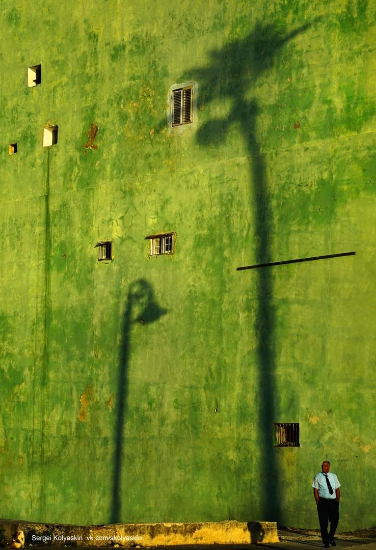 Тени города на желто-зеленой стене, Куба. Фотограф Сергей Коляскин