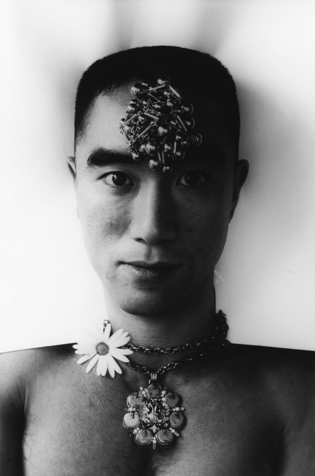 Юкио Мисима, Испытание розами, 1961-62. Фотограф Эйко Хосоэ